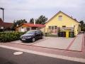 Ebenerdiger Zugang zum Haus mit Parkplätzen