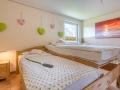 Grosses Schlafzimmer Pflegebett ausgefahren (Seitenansicht)