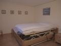 Pflegebett im kleinen Schlafzimmer
