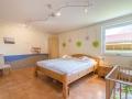Grosses Schlafzimmer mit Kinderbett